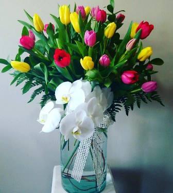 arreglo floral con tulipanes y orquídeas