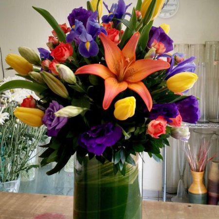 Arreglo floral con Iris, Tulipanes, Lisianthus y Lilis