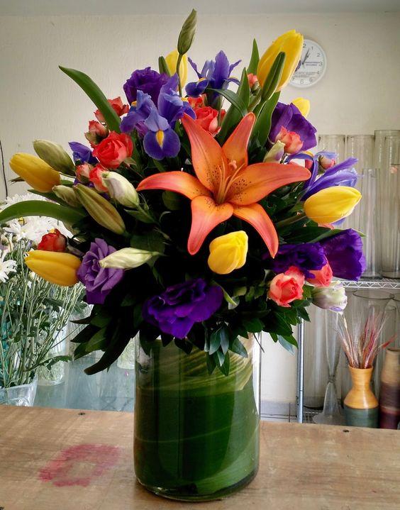 Arreglo Floral Con Iris Tulipanes Lisianthus Y Lilis