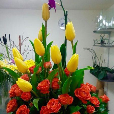 Arreglos floral con orquidea, tulipanes y mini rosa primaveral