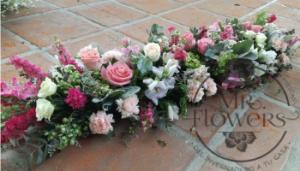 Centro de mesa alargado lila y rosa