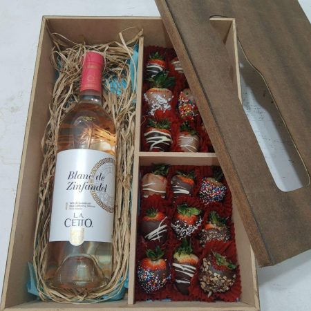 Caja con fresas con chocolate y vino rosado