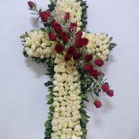 Cruz con rosas blancas